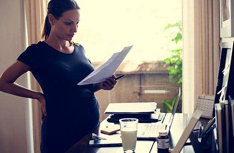 Mujer embarazada informándose