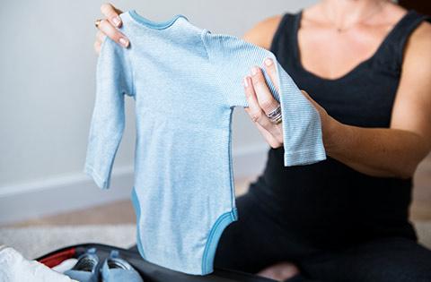Ordenando ropa de bebé