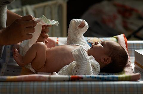 Cambiando pañal a bebé