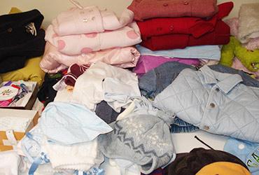 Voluntarios ordenando ropa de bebé